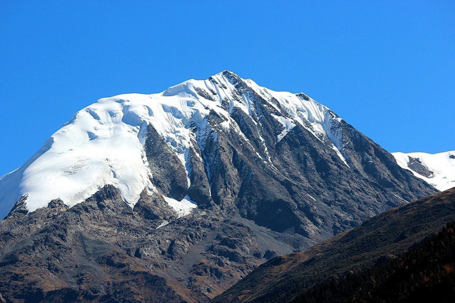 Shelika (6045m), south face, northeast of Jindong. [Photo] Tom Nakamura