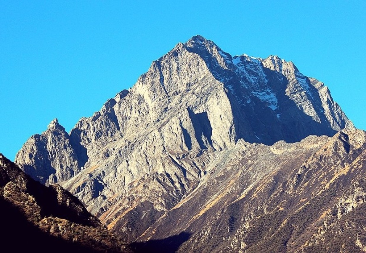 The east face of a rock peak (ca. 5500m) west of Nyel Japo (6150m). [Photo] Tom Nakamura