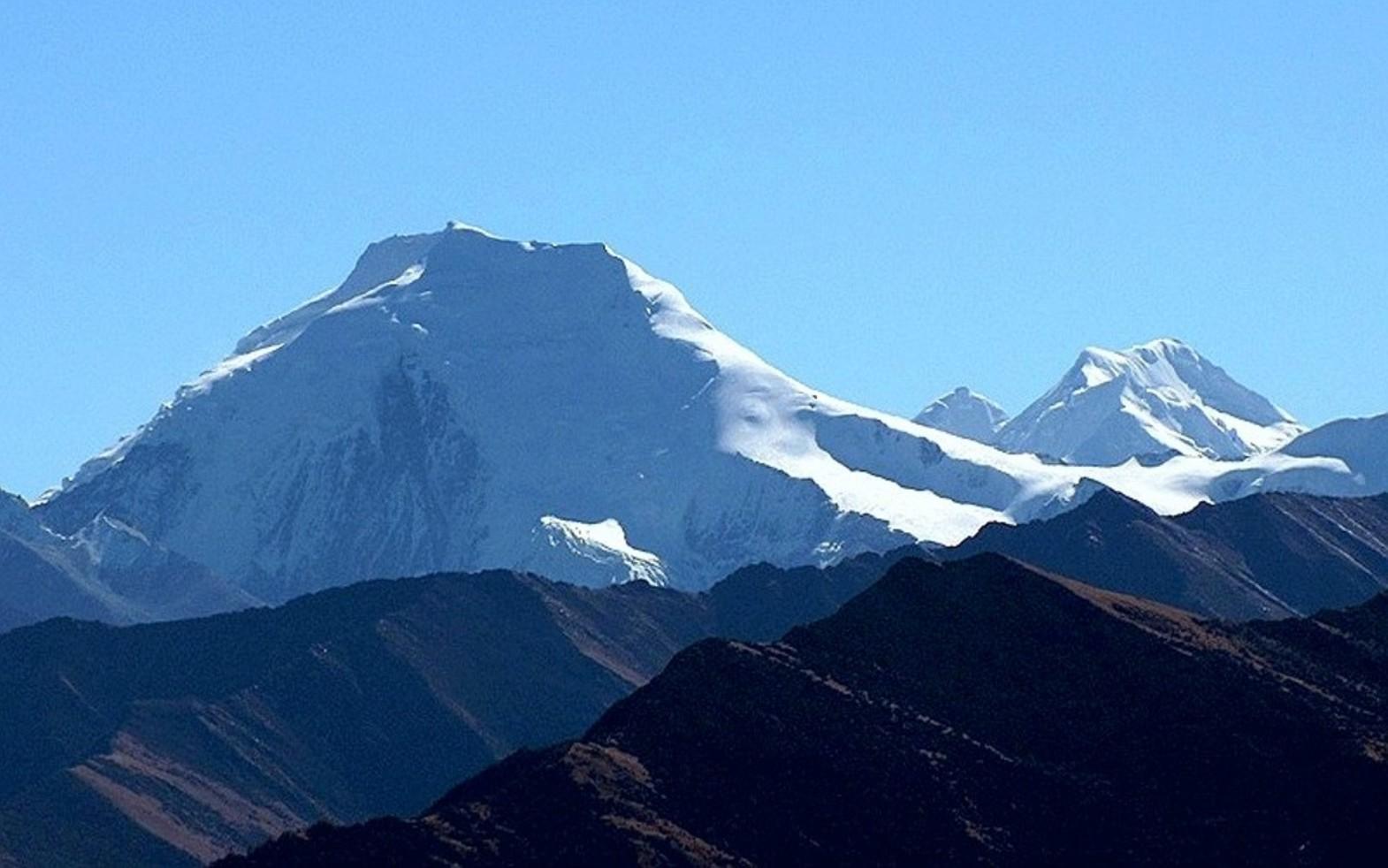 The northwest face of Chipula (6152m) is on the left, and in the background to the right are a 6121-meter and a 6215-meter peak. [Photo] Tom Nakamura