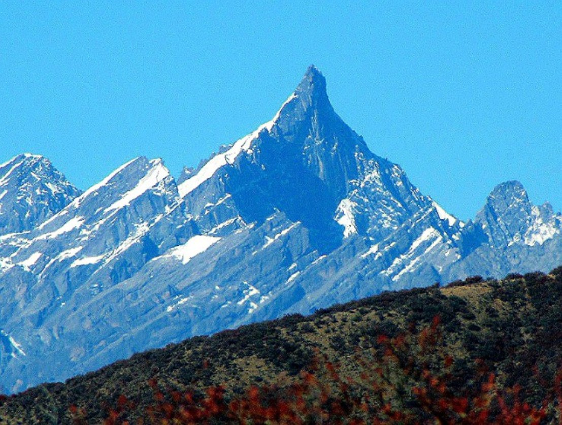 The east face of 6150-meter Nyel Japo (the name is from a Russian map) is a massif of rock peaks. [Photo] Tom Nakamura
