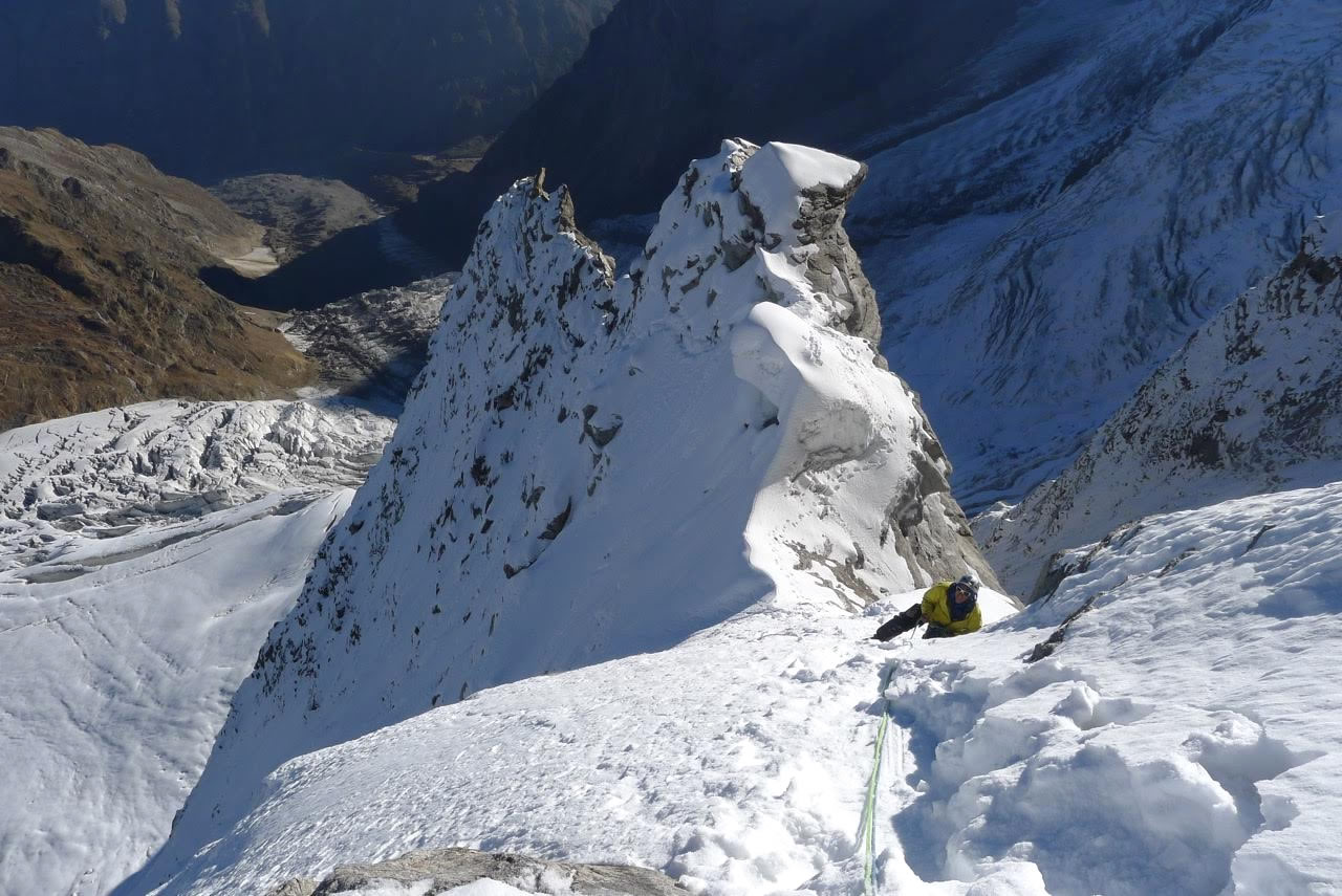 Saunders follows a ridge en route to the summit. [Photo] Mick Fowler