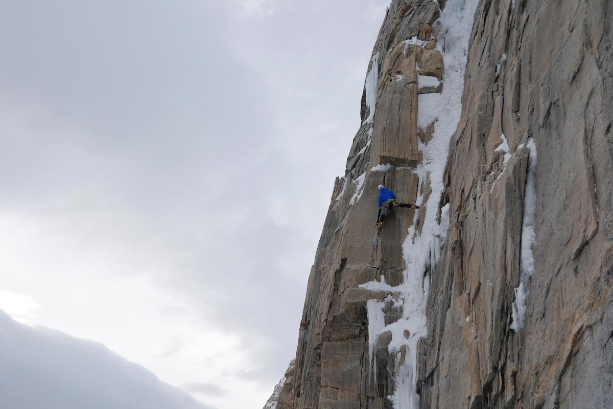 Bacci negotiates hard moves to reach a perfect ice runnel. [Photo] Matteo Della Bordella