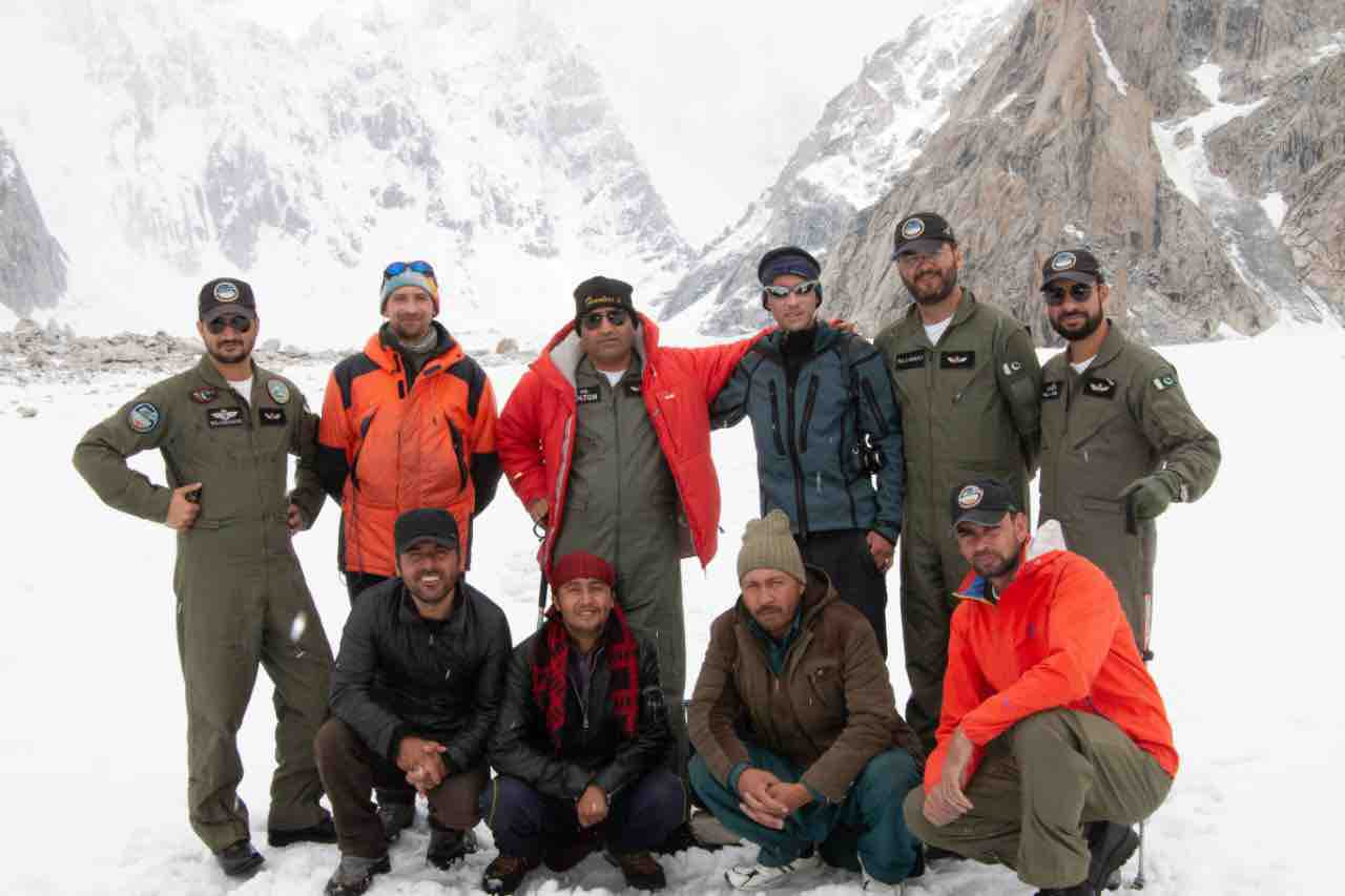 The pilots of Pakistan's 5th Army Aviation High Altitude Squadron who completed the rescue. [Photo] Courtesy of Mountain.RU