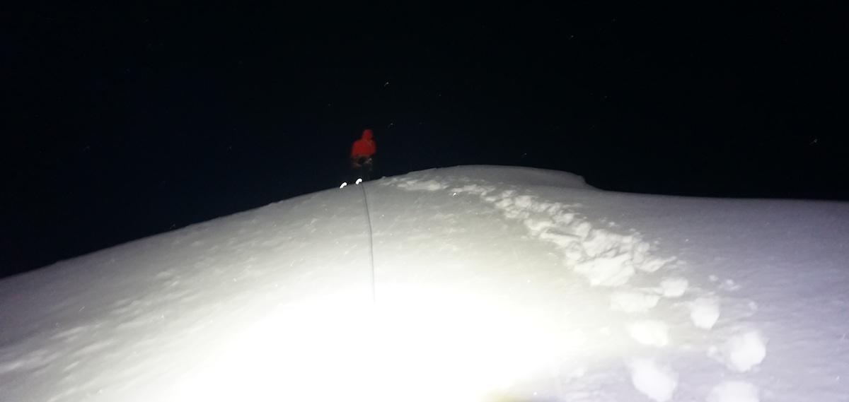 Sato leading to the summit in the dark. [Photo] Genki Narumi, Yusuke Sato and Hiroki Yamamoto collection