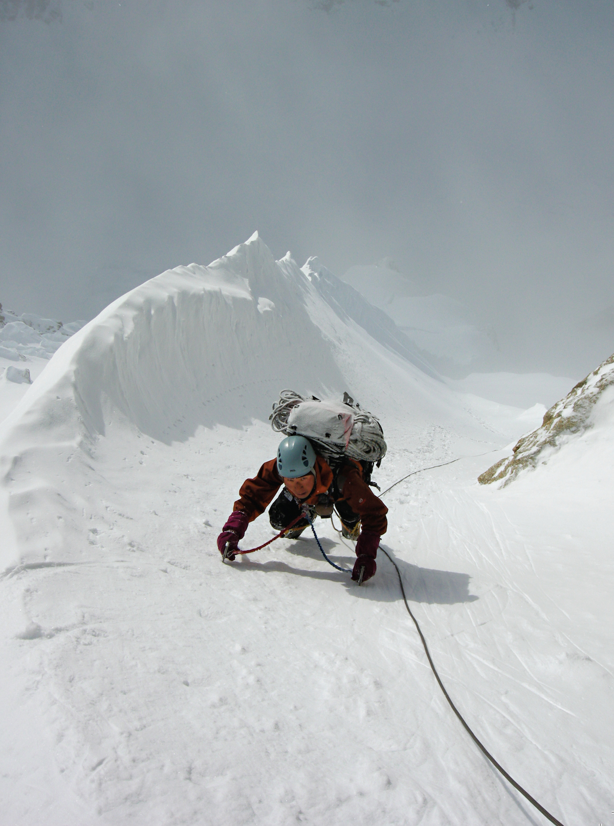 Ichimura follows a gully in the center of the Isis Face during the Giri-Giri Boys' ascent. [Photo] Yusuke Sato