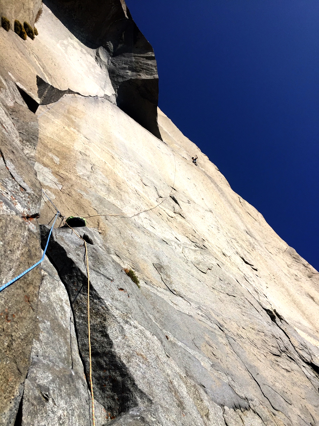 Kurakami at the top of the Great Roof pitch during his rope-solo ascent. [Photo] Keita Kurakami collection