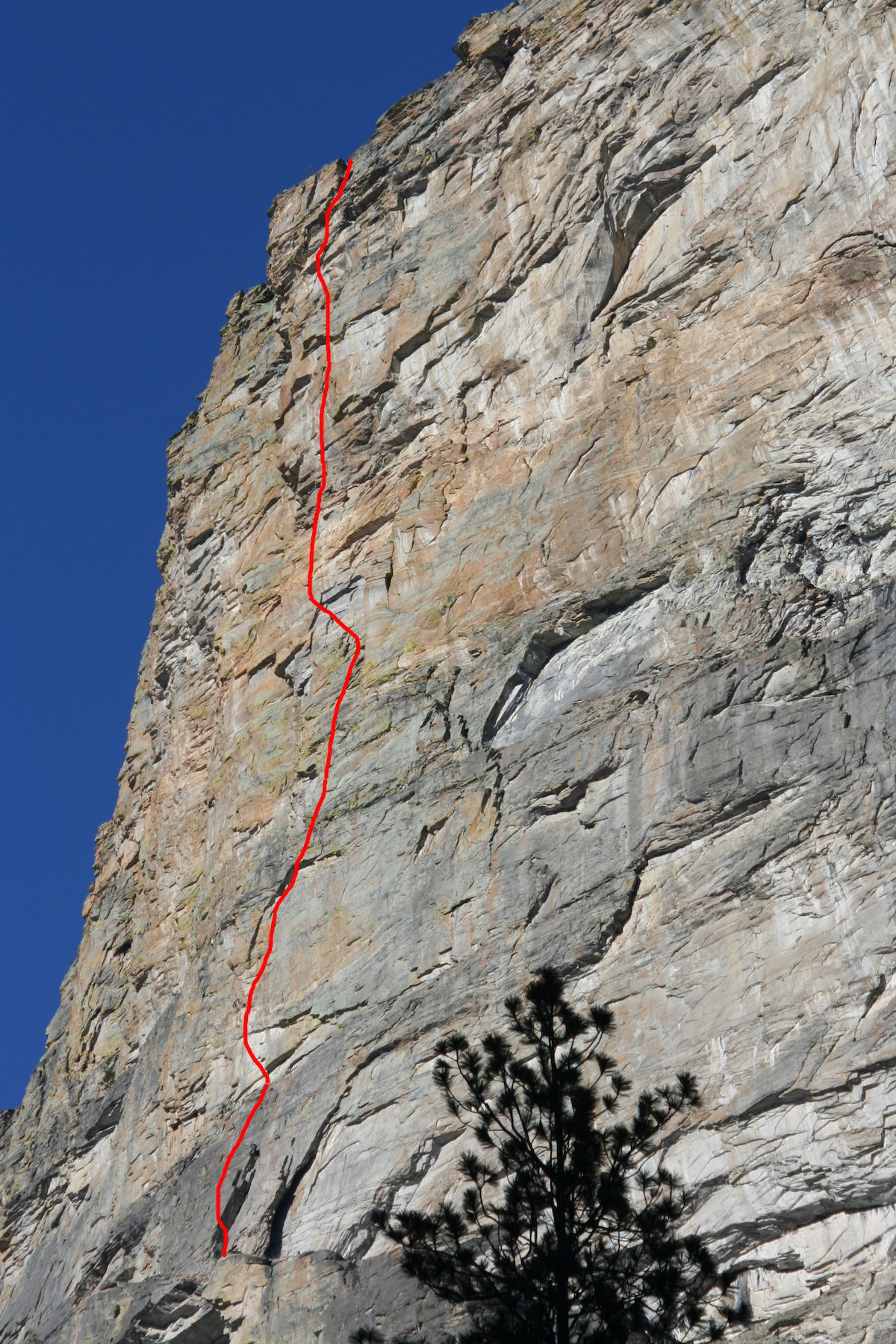 The red line shows the route of Super Ultra Mega (5.13a, 8 pitches). [Photo] Winter Ramos