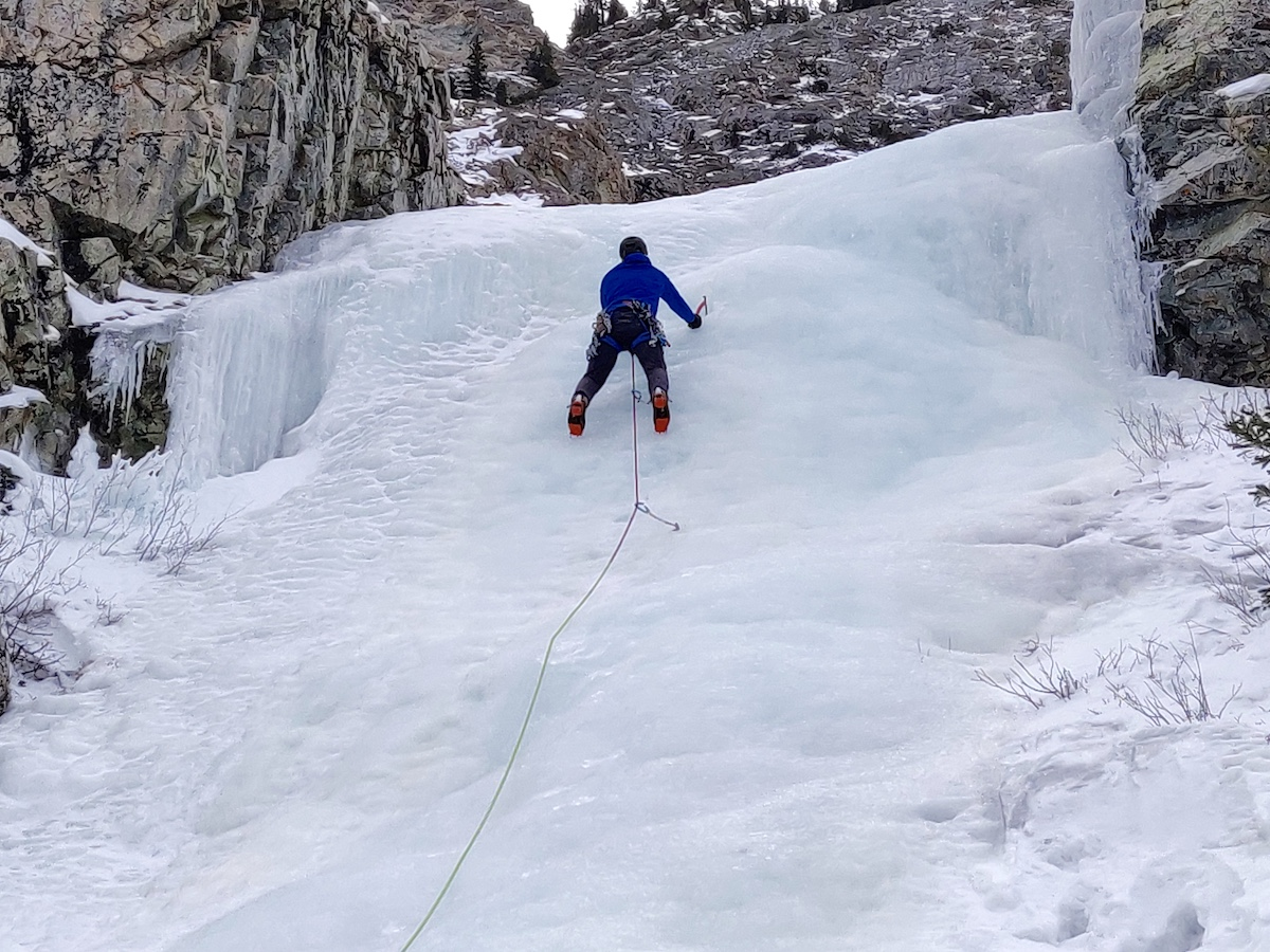 The author leads a WI3 pitch using the Blue Ice Akilas. [Photo] Yaroslav Lototskyy
